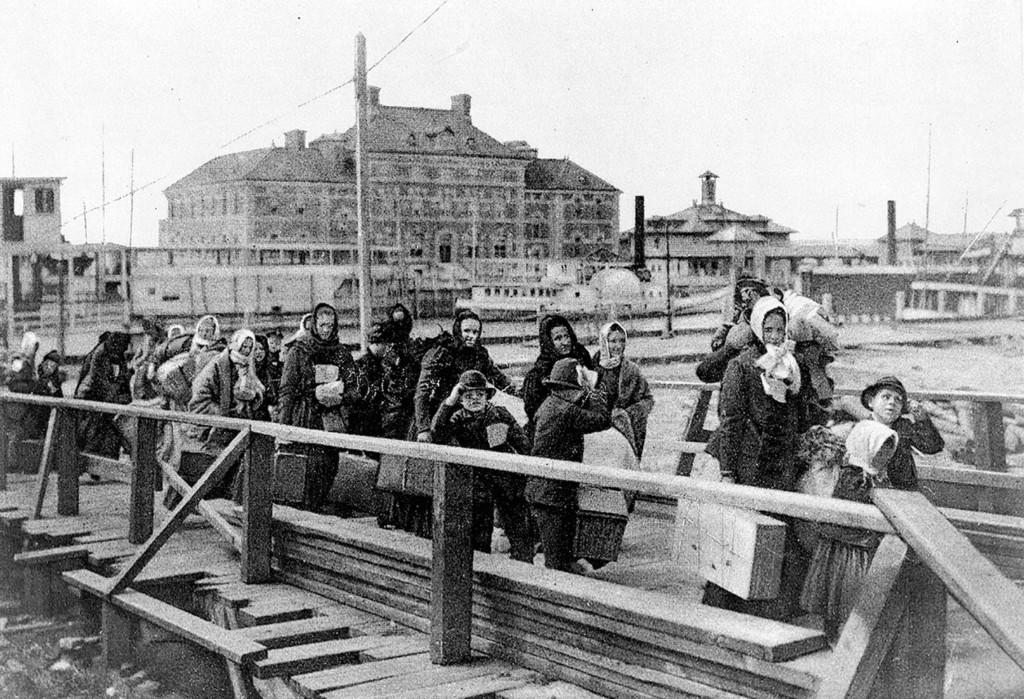 Остров Эллис в Нью‐Йорксой бухте. Переселенцы направляются в иммиграционный пункт